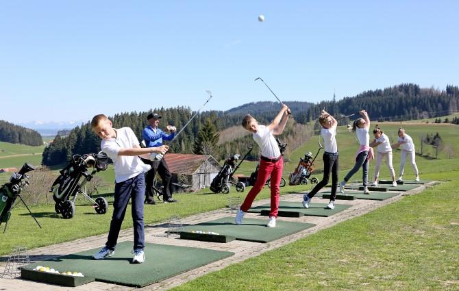 Golf Wiggensbach Trainin gKader mit A-Lizenz- Trainer Ralf Schwarz v.l.n.r. Justin Deibler (GC Waldegg-Wiggensbach e.V.), Benedikt Seitz (GC Sonnenalp), Sebastian Böck (GC Waldegg-Wiggensbach e.V.), Laura Tillhon (GC Sonnenalp), Maxime Rogers und Elisa Rogers (GC Oberstaufen-Steibis)