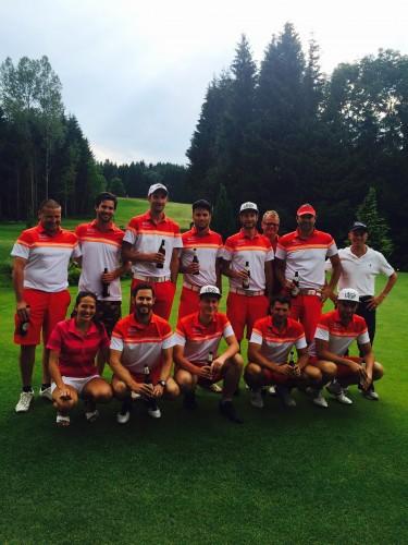 Die 1. Herrenmannschaft  des Golfclubs Waldegg-Wiggensbach e.V. mit zwei ihrer Caddies und Trainer Ralf Schwarz